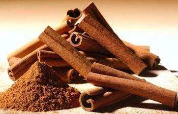 Для того чтобы избавиться от опухоли, следует ежедневно принимать одну чайную ложку корицы