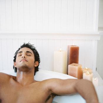 Налейте в ванну воду, погрузитесь в нее, а кран и слив оставьте открытыми