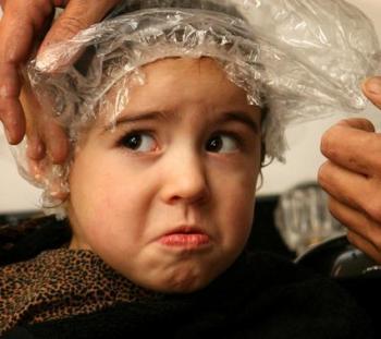 Смажьте голову и волосы этой мазью, сверху покройте полиэтиленовым пакетом