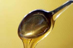 В полученную массу добавляем 3-4 столовые ложки мёда