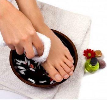 Ванночки для ног - отличный способ профилактики трещин на пятках
