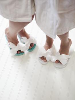 Носите только свою обувь, в бане или бассейне надевайте тапочки – тогда вы не будете даже задумываться о том, как избавиться от грибка!