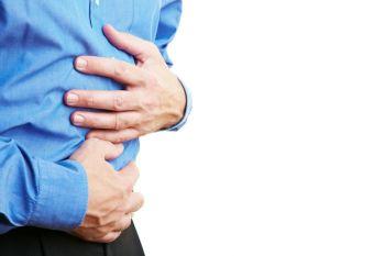 Больной с воспалением поджелудочной железы будет чувствовать постоянную тошноту, болезненные ощущения в животе
