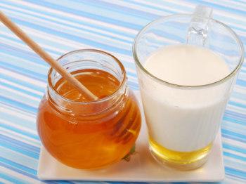 Хороший эффект на осипший голос оказывает знакомый с детства рецепт – тёплое молоко со сливочным маслом и мёдом