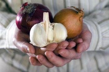Лук и чеснок широко используются при лечении насморка