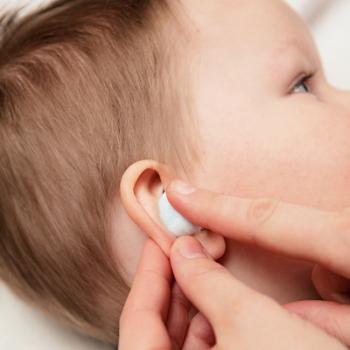 Один раз в день смачивайте в отваре ватный тампон и закладывайте в больное ухо