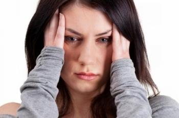 Одним из первых признаков внутричерепной гипертензии является резкая головная боль