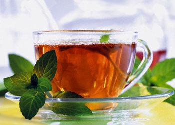 Помогает и горячий сладкий черный чай с мятой