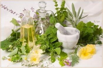 При лечении себорейного дерматита народными средствами предпочтение отдаётся лекарственным травам и маслам