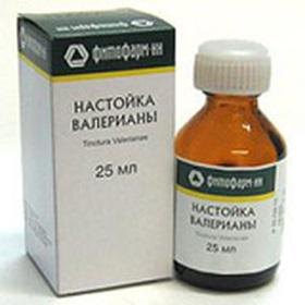 При обострениях больному выписывают седативные препараты: валерьянку, пустырник, мяту