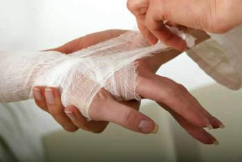 Раны, которые подверглись нагноению нужно промывать и обрабатывать различными средствами дважды в сутки