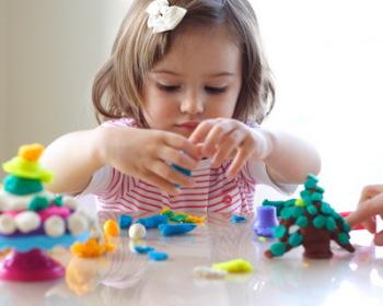 Регулярно давать ребенку лепить из пластилина или глины
