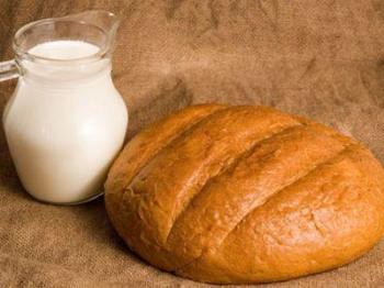 Считается, что хлебная корочка от свежей булки, вымоченная в горячем молоке и приложенная к шишке, снимает боль