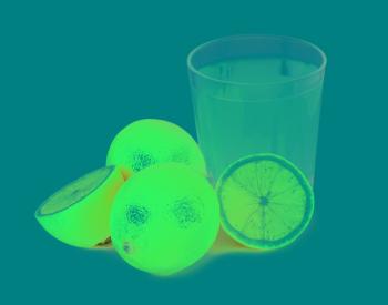 Сок, выжатый из свежих лимонов