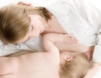 Сразу после этого приложить ребенка к груди или начать сцеживаться