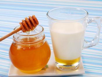 Горячее молоко и мед - основа многих народных средств