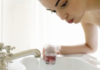 Полощите рот подсоленной водой