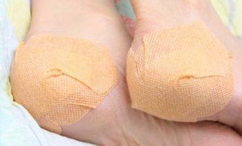 Принцип действия аппликаций из чеснока основан на проникновении активно действующих веществ из чеснока через кожу в организм