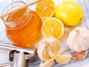При онихомикозе средней тяжести справиться с болезнью может помочь чесночно-лимонная смесь